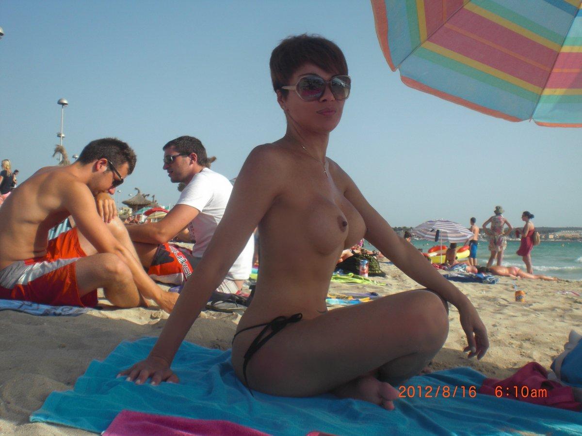 ts deborah bianchini tomando el sol en la playa