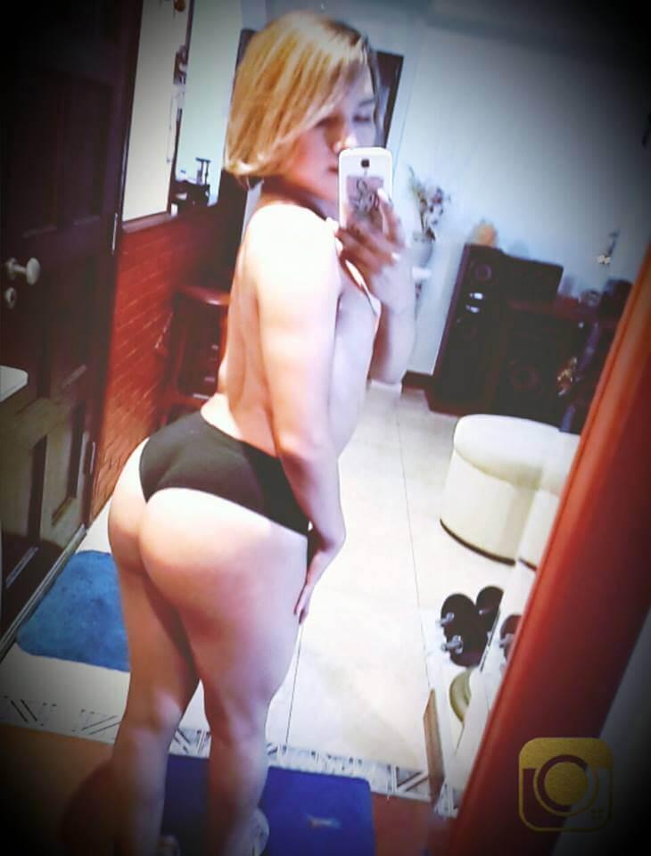 transexual en tanga negra selfie