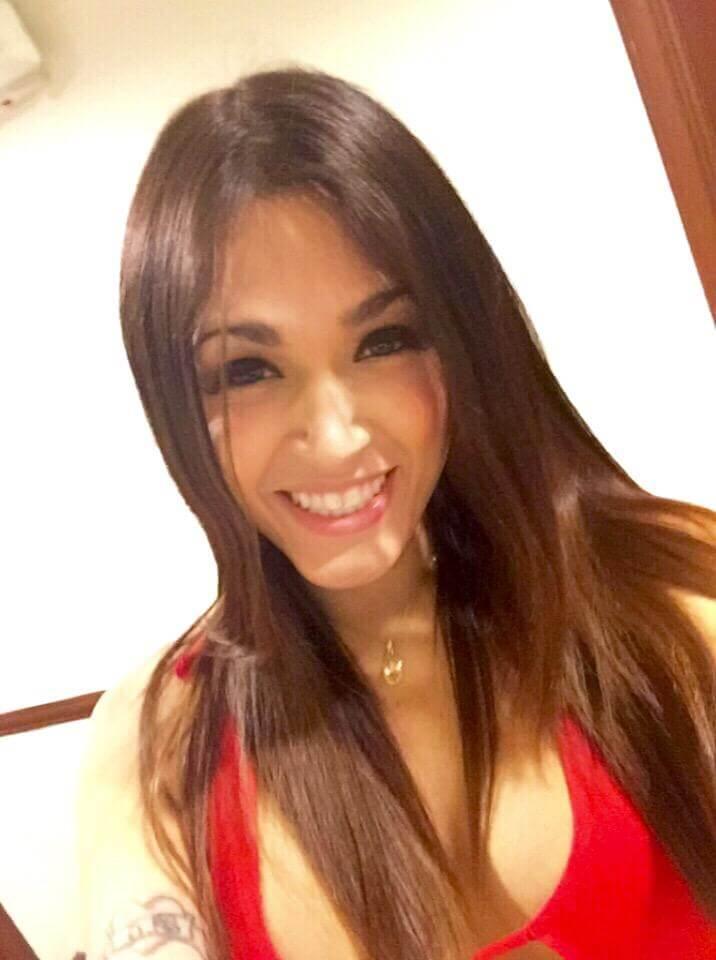 hermosa escort travesti sonriendo para la cámara