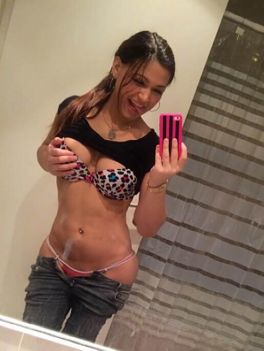chica divertida presumiendo su sensual cuerpo selfie