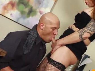 ts Jasmine Jewels obliga a su empleado christian a mamarle la polla