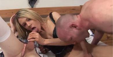 hombre hetero chupandole la verga a una travesti que le esta mamando el pito a un travelo
