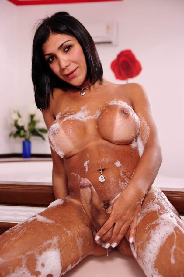 acompanhante travesti desnuda en la tina