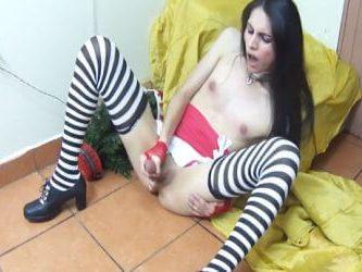travesti costarricense jalándose la verga frente al árbol de navidad