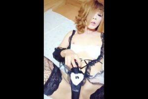 newhalf japonesa masturbándose en lencería