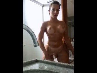 trava nalgona bañandose