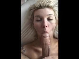 El novio la despertó metiendole la polla en la boca