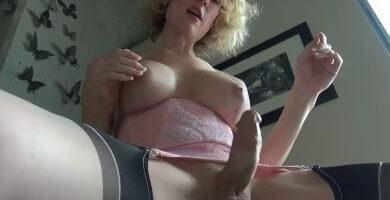 Madura pechugona enseñando su pene erecto